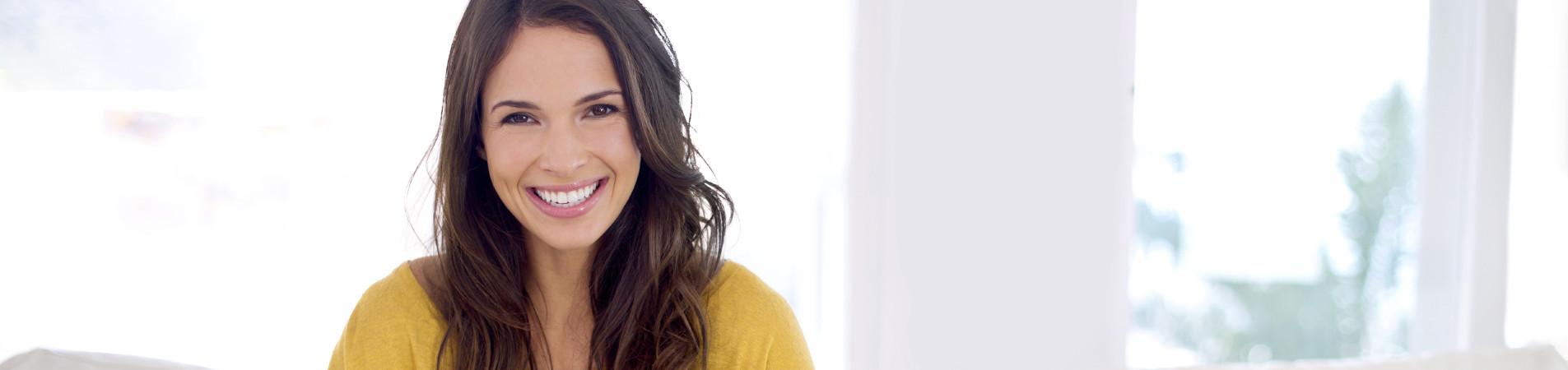 Frau lächelt - schöne Zähne